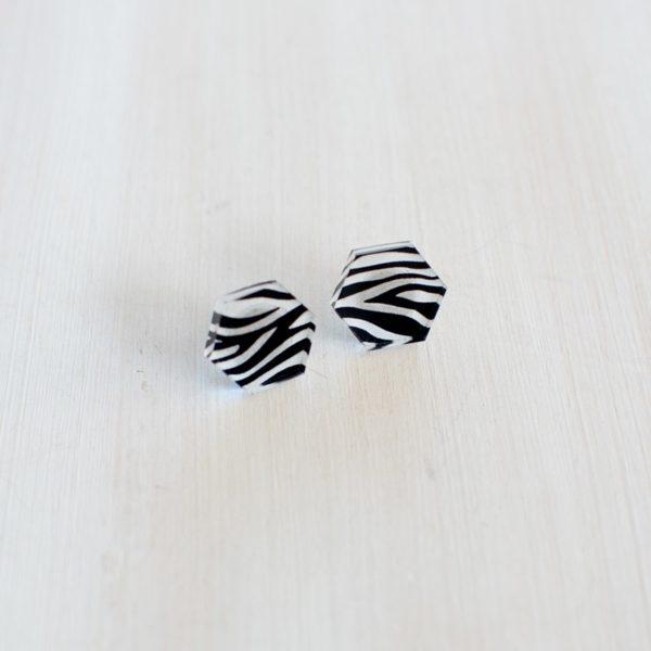 Boucles d'oreilles en plexi, création design made in Belgium. Artisanat, motif zèbre